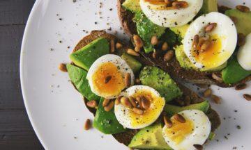 3 formas fáceis e rápidas de descascar ovos cozidos